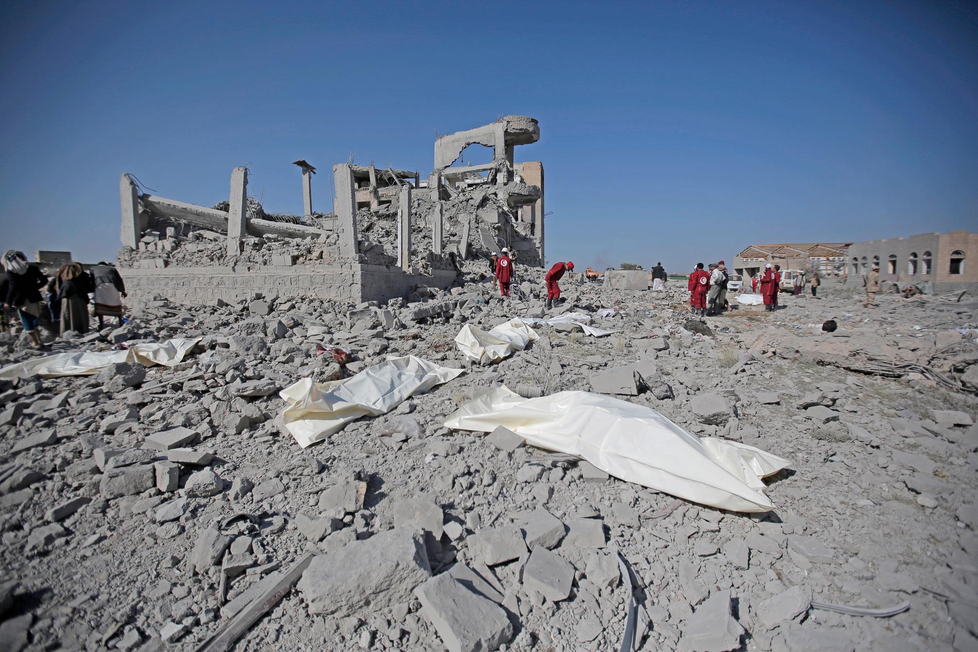 Kroppar framför ruinerna av en byggnad i Dhamar-provinsen i sydvästra Jemen som bombades av den saudiskledda militäralliansen i söndags.