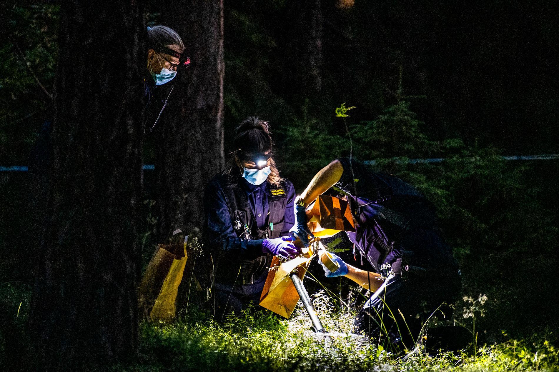 Polistekniker säkrar fynd efter skjutningen i Upplands Väsby