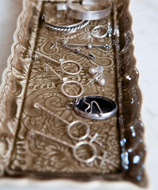 Myriam är silversmed och både designar och tillverkar smycken under egna märket som bär hennes namn.