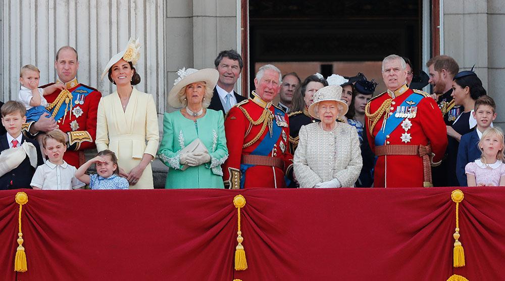 Varje år firas drottning Elizabeth med en parad, Trooping the Colour, vid Buckingham Palace.