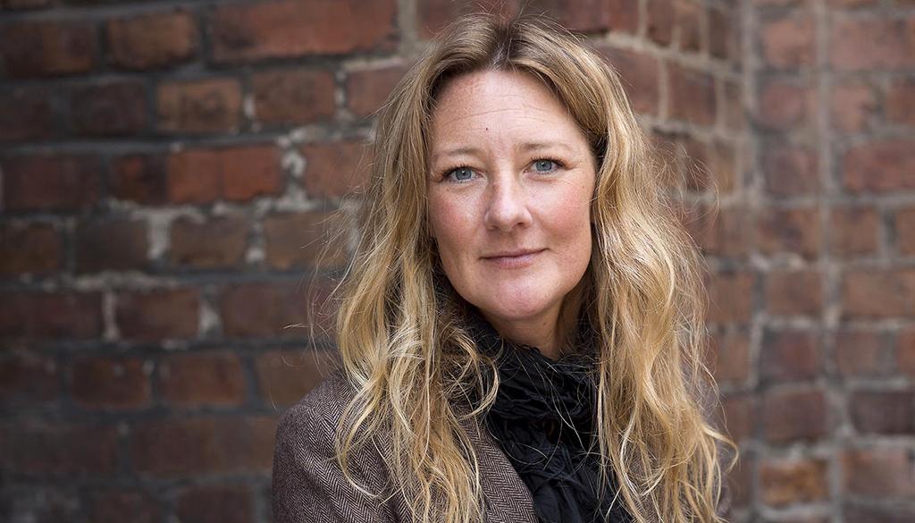 """Johanna Bäckström Lernebys reportagebok """"Familjen"""" är en vidareutveckling av det stora reportage som publicerades i Aftonbladet 2017. """"Framställningen är ibland lite pratig och omständlig, men den är innehållsrik och initierad. Att boken reser nya frågor är ett gott betyg"""" skriver Malin Krutmeijer."""