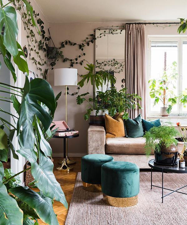 Emelie älskar gröna växter och har inrett vardagsrummet i en lugn och sober färgskala som framhäver de gröna plantorna. Soffan är fyndad på Blocket, soffbord från Ellos, puffar från Trendrum, matta från Rugvista och ampel från Blomsterringen.
