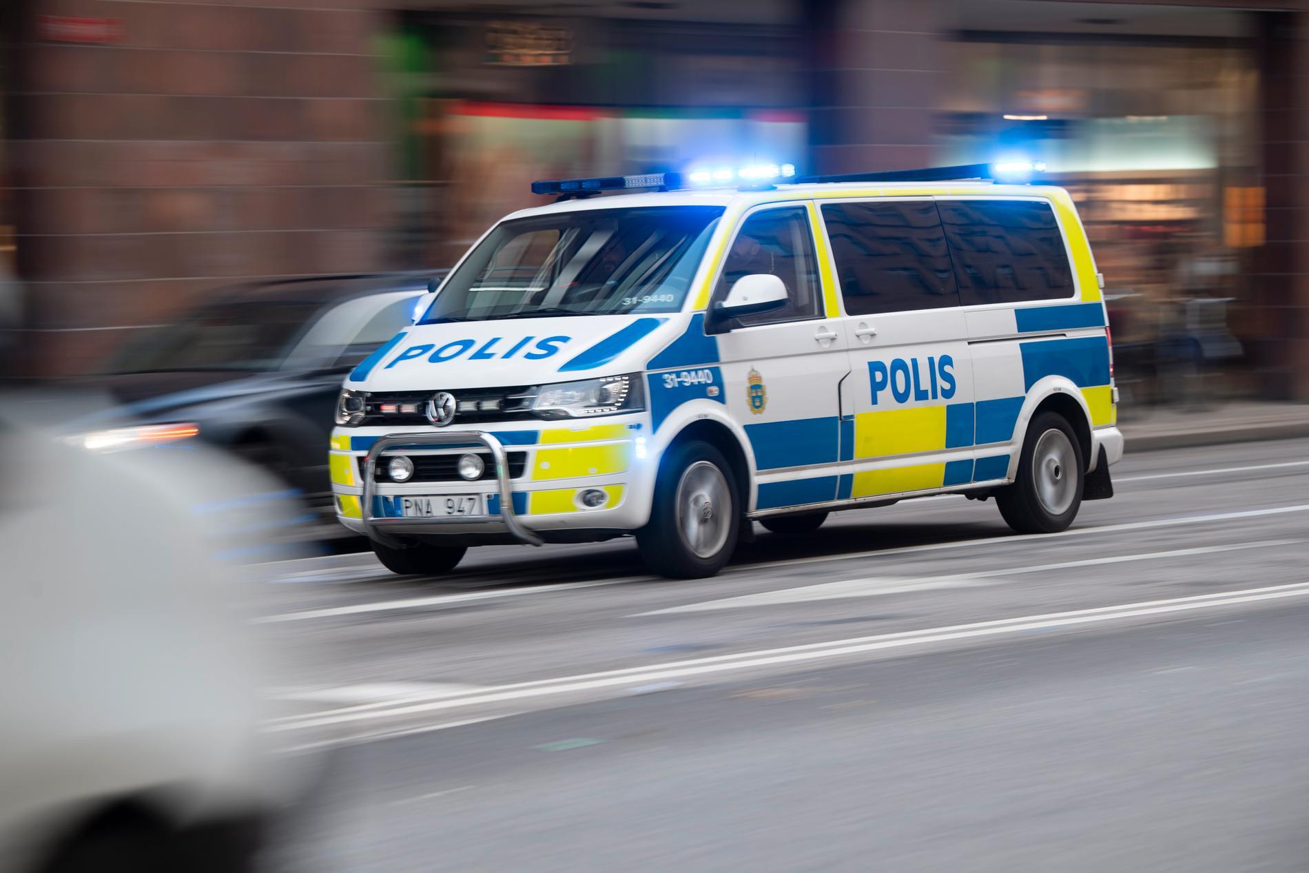 En grupp klimataktivister stoppade trafiken på en gata i centrala Malmö på lördagen – flera personer greps av polisen. Arkivbild.