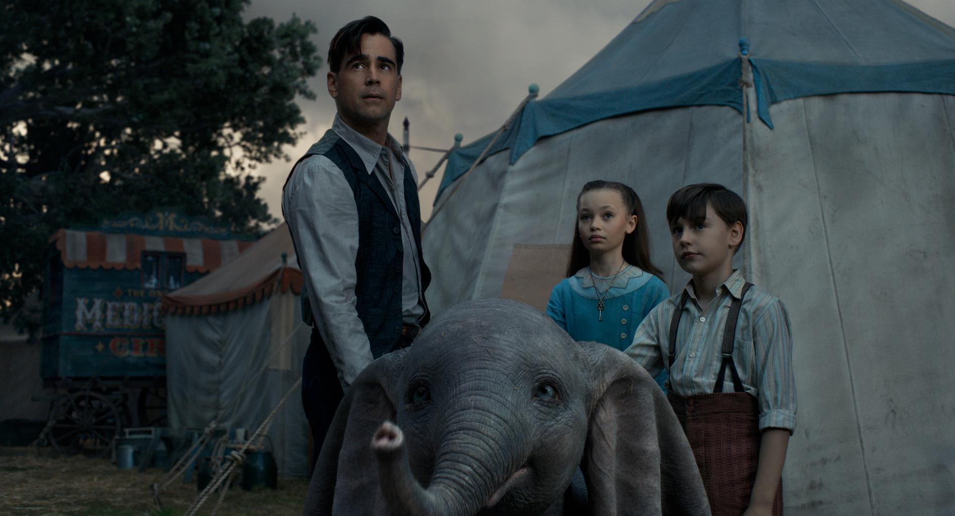 Colin Farrells cirkusman med sina två barn och Dumbo.