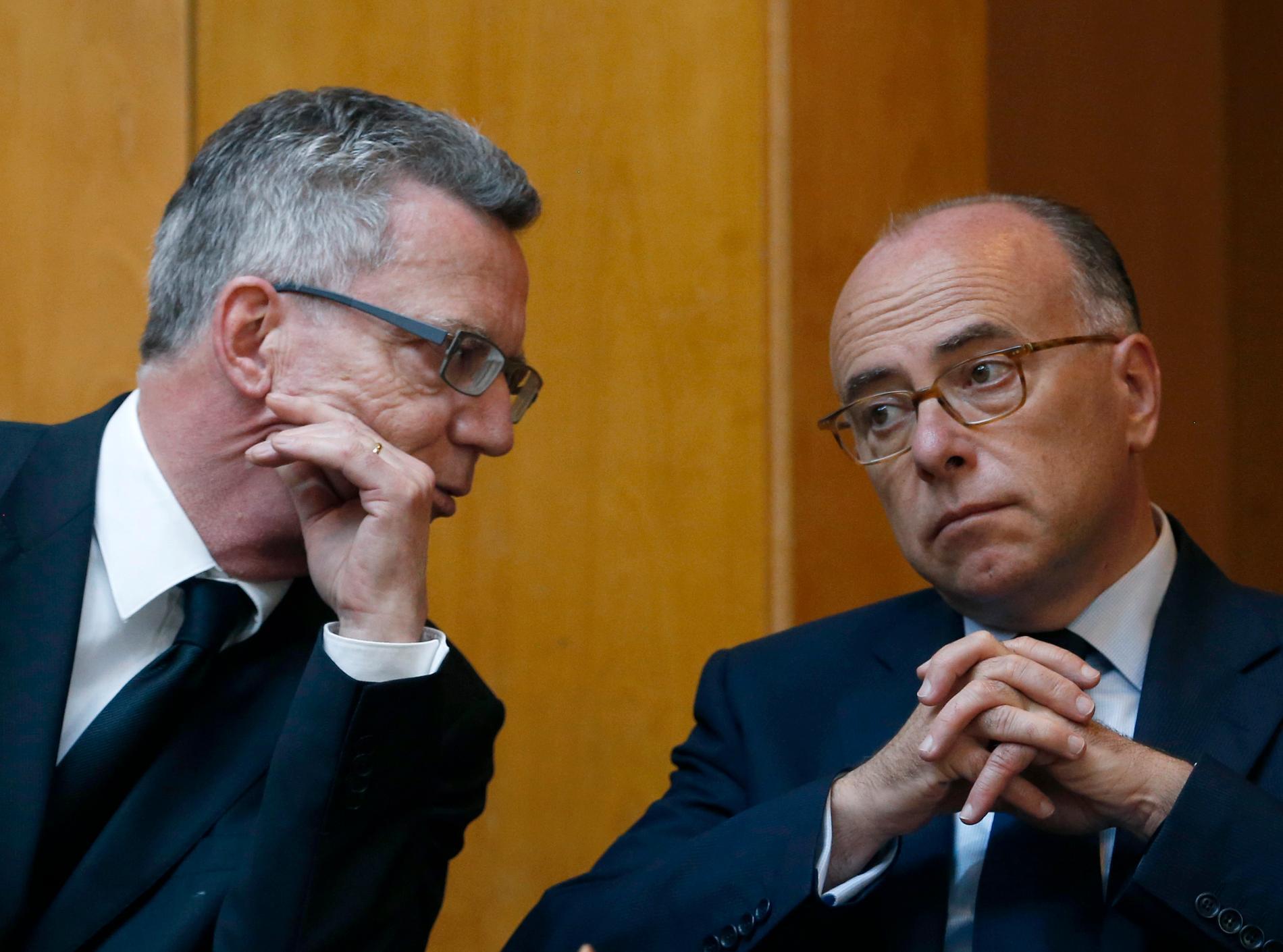 Tysklands inrikesminister Thomas de Maiziere, till vänster, och hans franska motsvarighet Bernard Cazeneuve, till höger.