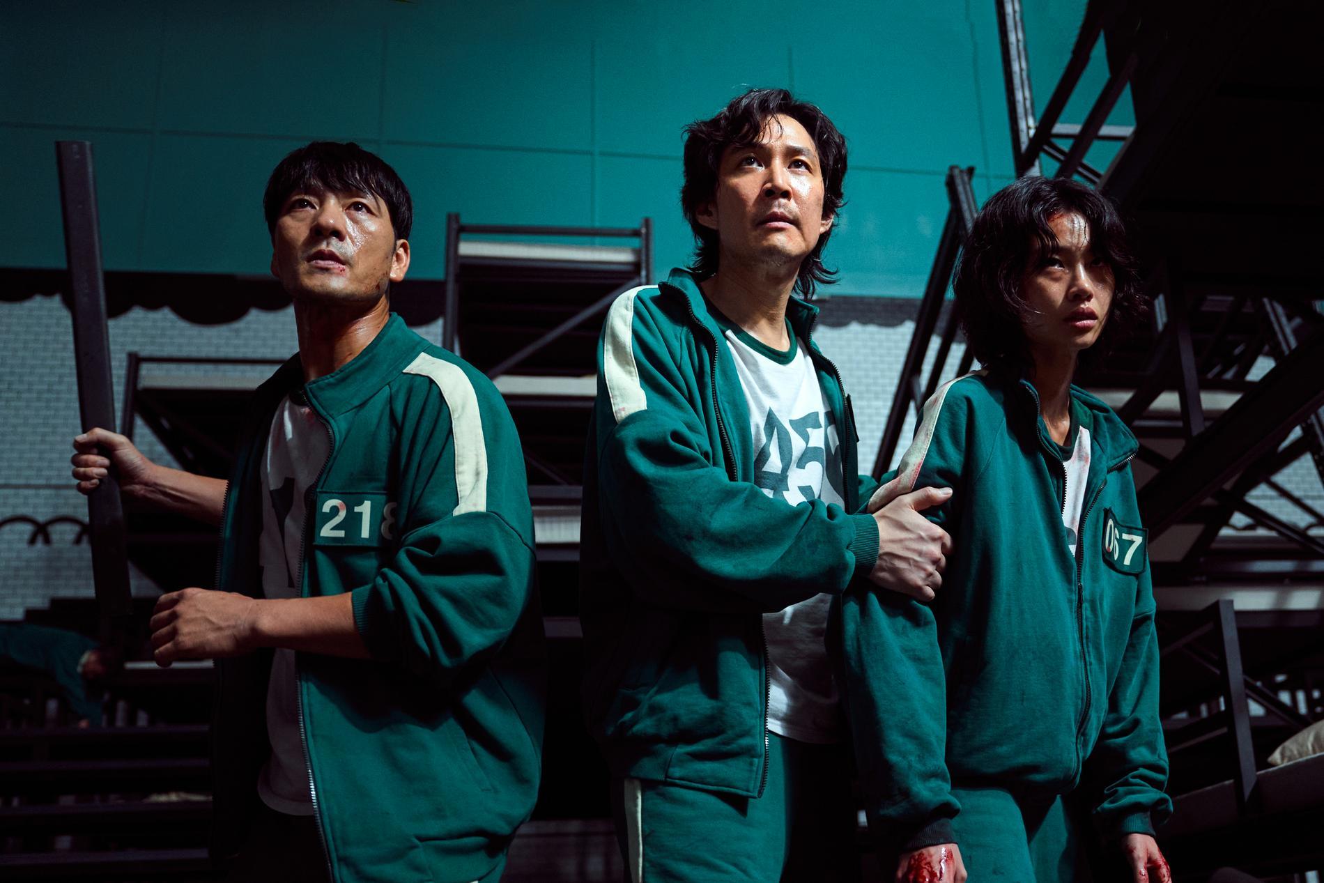 """Scen ur Netflixserien """"Squid Game"""", med huvudpersonen Seong Gi-Hun, spelad av Lee Jung-jae, i mitten."""