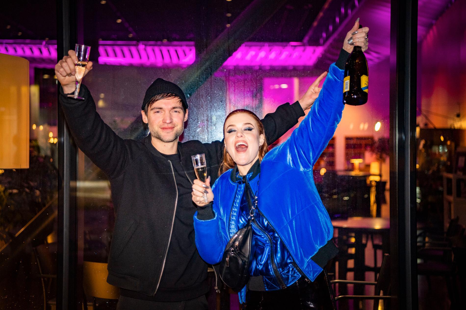 Dotter och fästmannen Dino Medanhodzic kunde fira när Aftonbladet bjöd på bubbel på coronasäkert avstånd