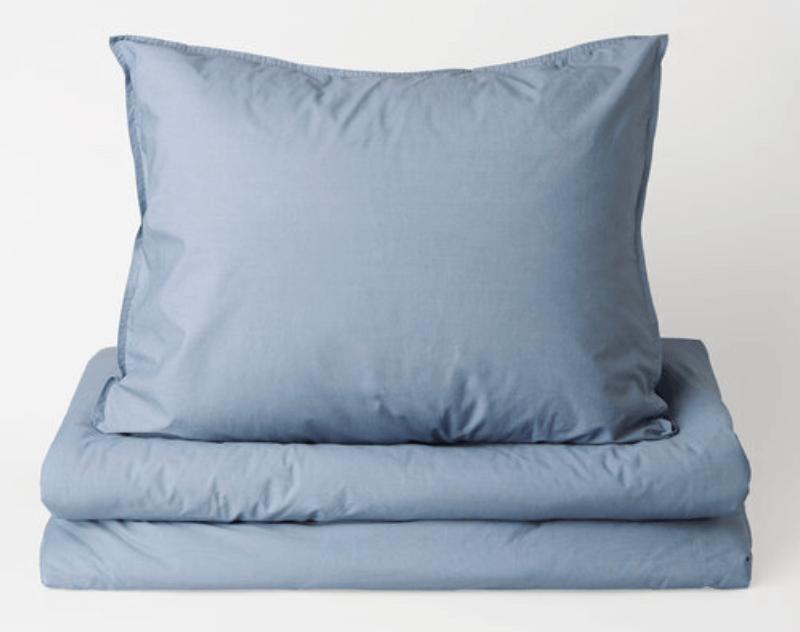 Pigga upp sängen med blå färger.