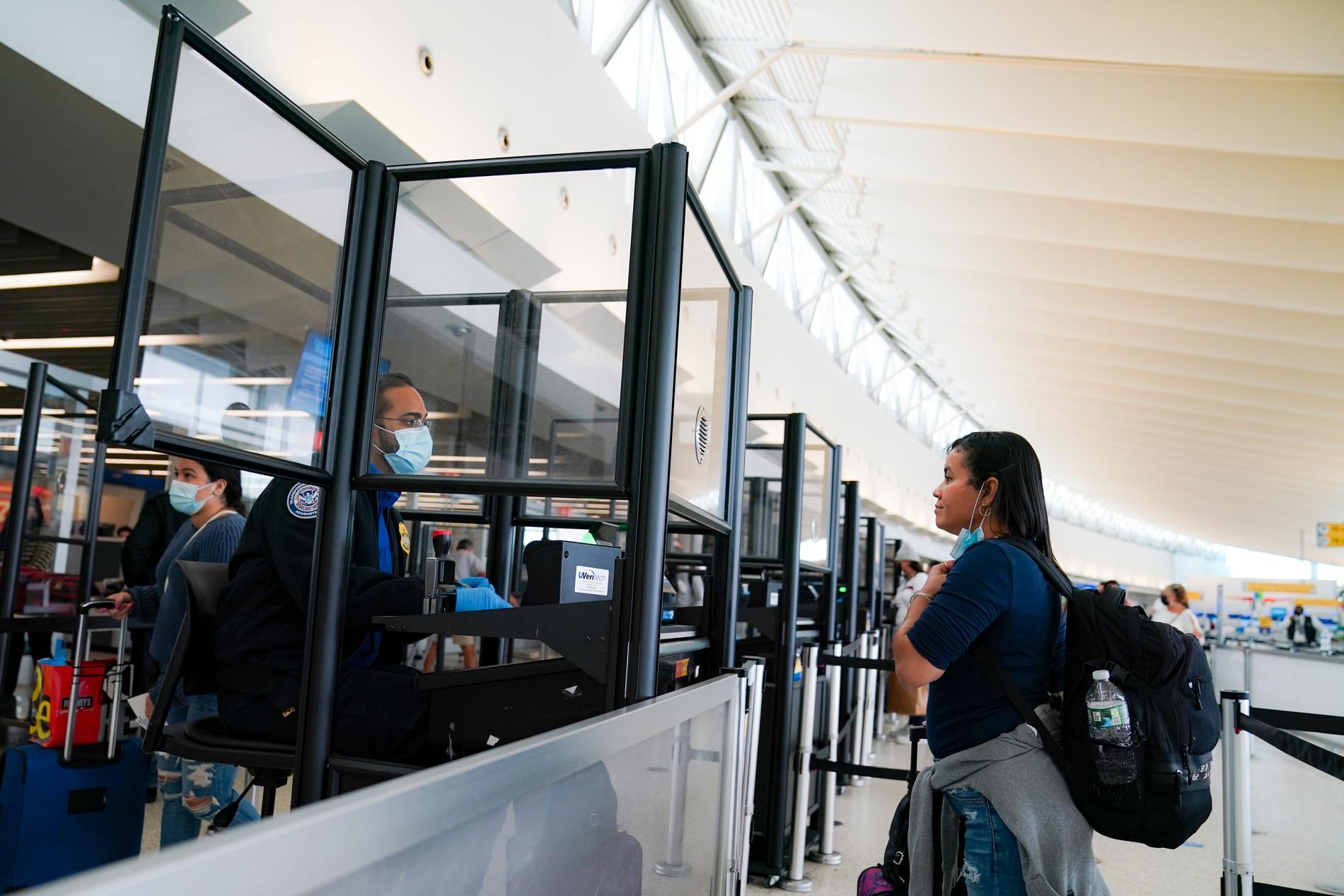 Glasväggar har satts upp på John F Kennedy-flygplatsen i New York för att hålla personal och resenärer åtskilda och begränsa spridningen av covid-19. Arkivbild.