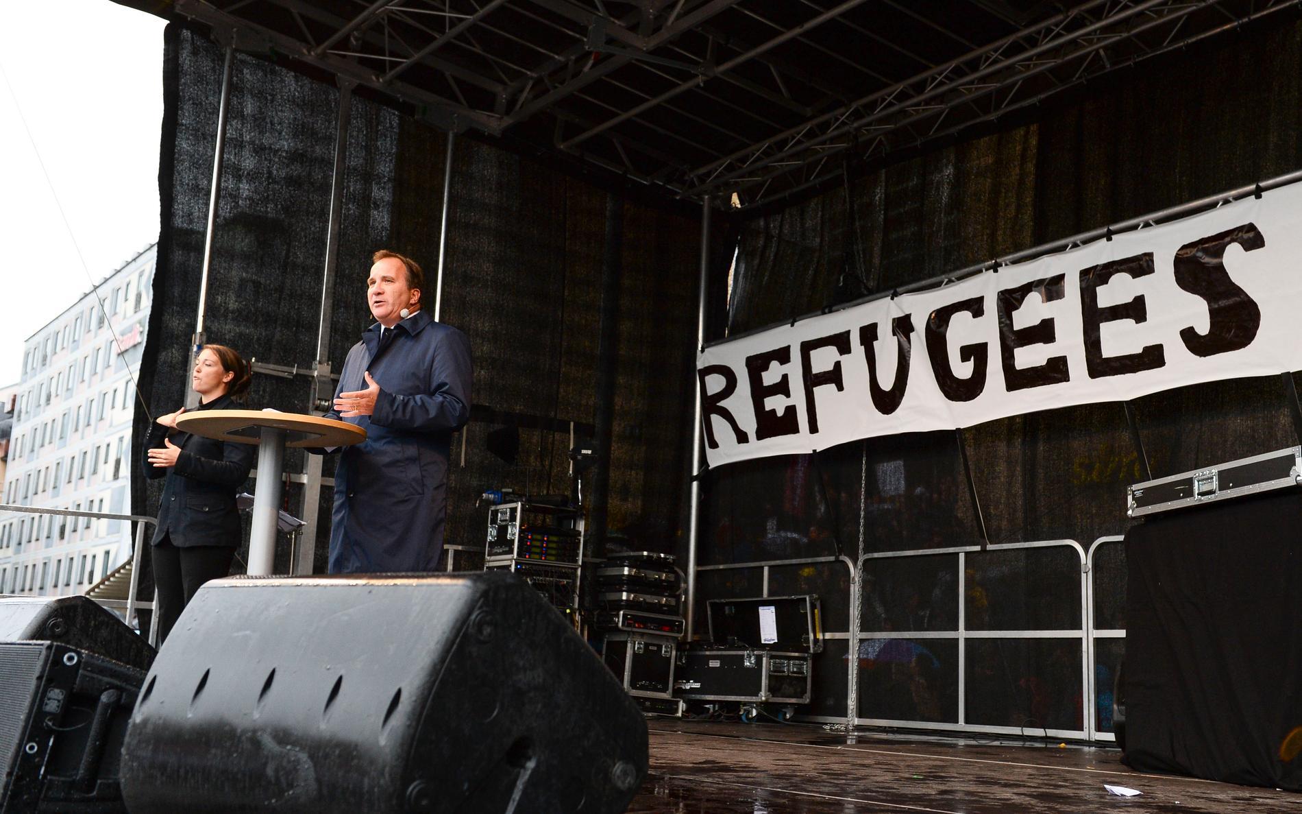 """Tiderna förändras. Stefan Löfven talade 2015 om att hans Europa inte bygger murar under """"Refugees Welcome""""-manifestationen. Idag är Socialdemokraterna inte längre lika välkomnande mot asylsökande."""