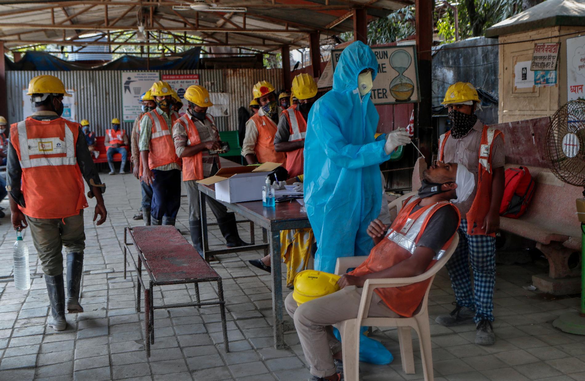 Järnvägsarbetare i Mumbai testas för Covid-19. Landet har hittills över 11 miljoner konstaterade fall av covid-19 – näst flest i världen efter USA.