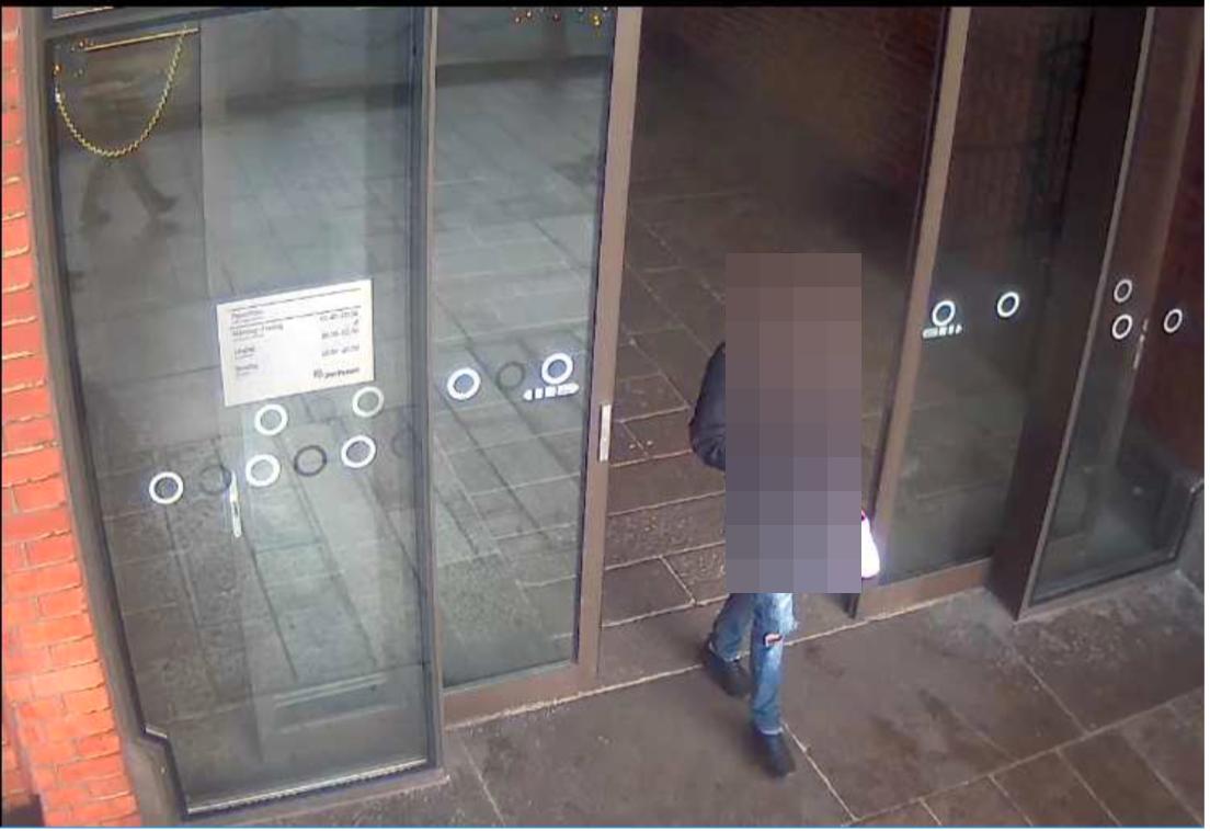 17-åringen fångades på flera övervakningsbilder vid råntillfället.