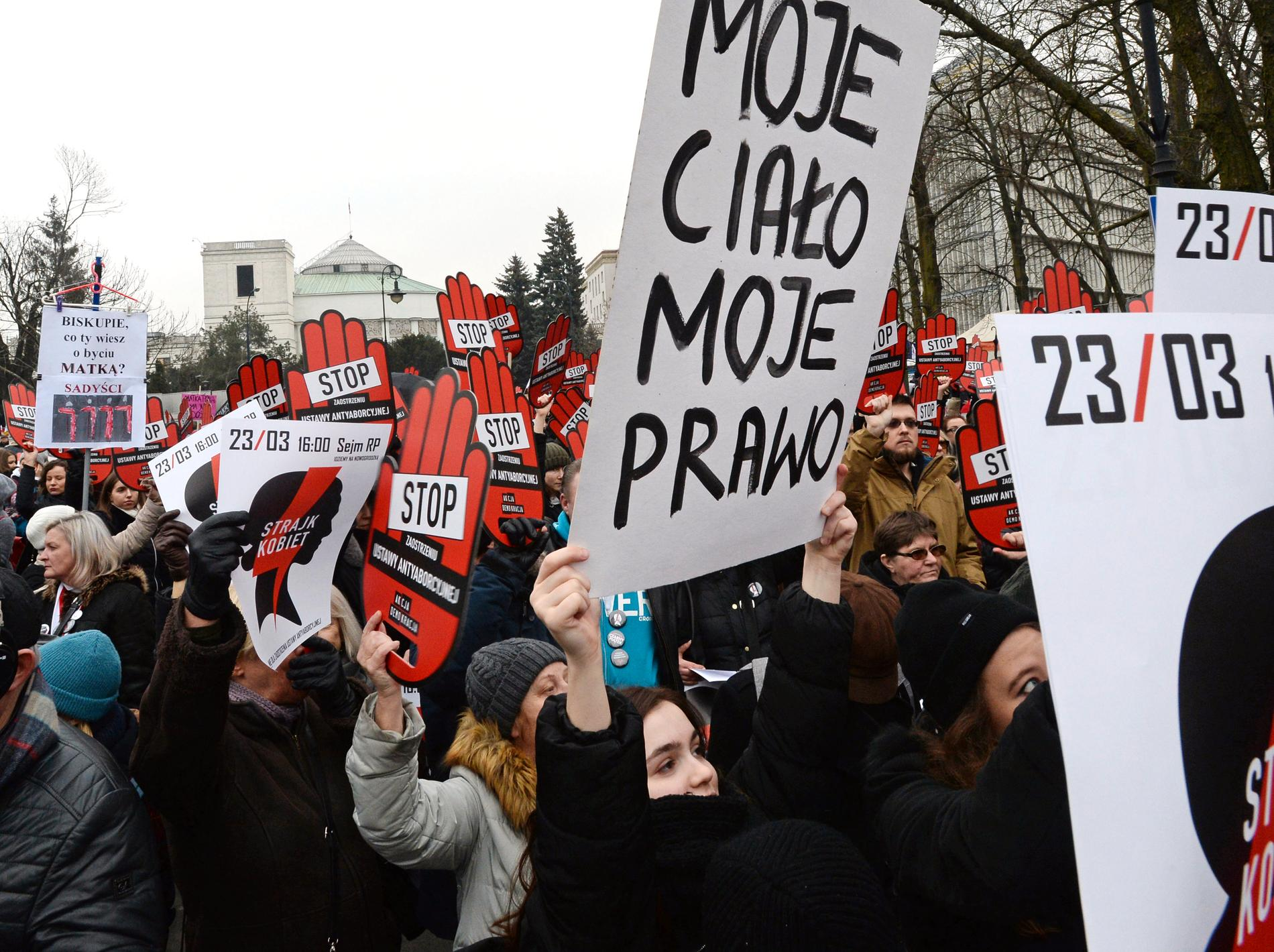 Protest mot förslaget till en ny polsk abortlagstiftning i Warszawa. Arkivbild.
