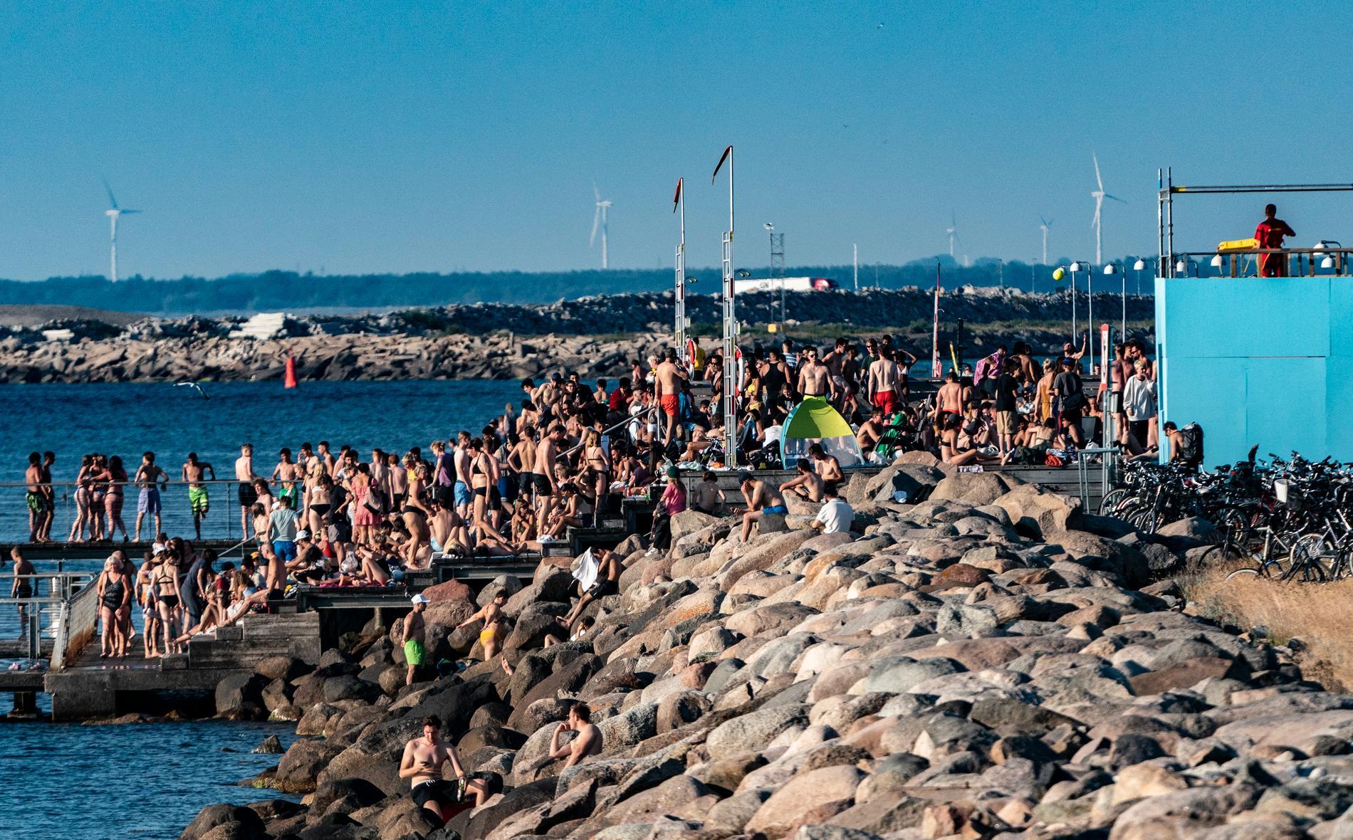 En badplats i Malmö som är ganska full av människor.