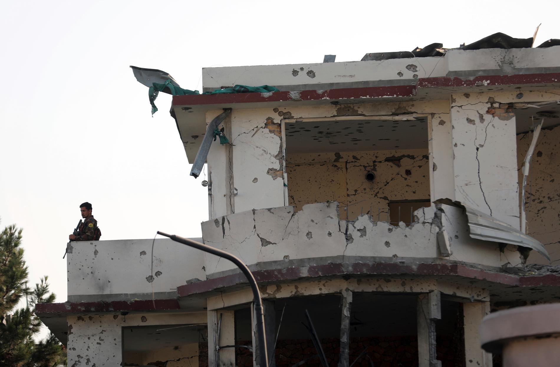UD uppmanar alla svenskar att lämna Afghanistan. På bilden ett hus skadat av en explosion i Kabul i onsdags.