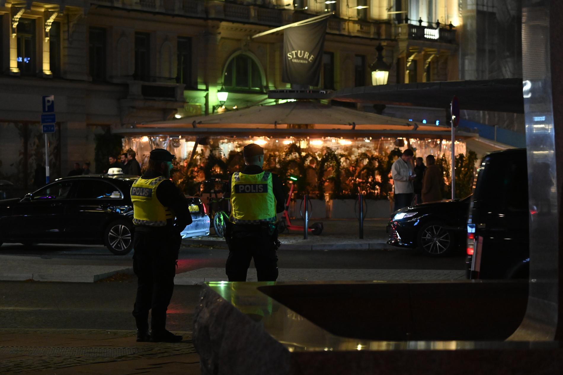 Polis bevakar krogköerna vid Stureplan.