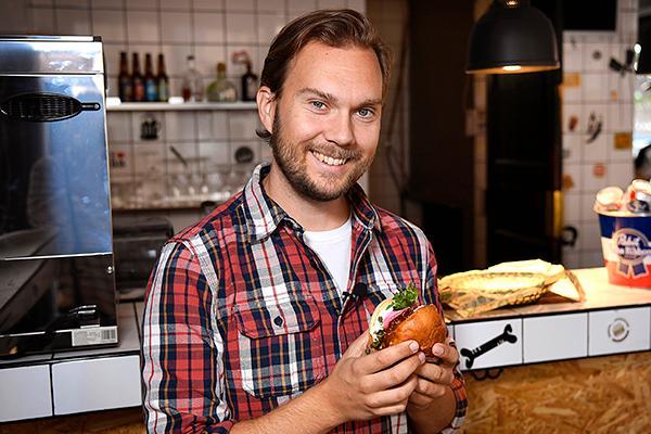 """Gustav Johansson: """"Om grönsaker eller rotsaker börjarse gamla och skrumpnaut så beror det oftast på att de tappat vätska, inte att de blivit dåliga. Lägg dem i kallt vatten i ett par timmar så blir de som nya!"""""""