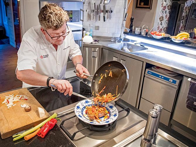 """VURMAR FÖR VILT. Kocken och jägaren Anders Levén tipsar om att ersätta nötfärsen i köttbullarna med viltfärs. Det är inte bara snällare mot klimatet – det ger också en helt ny smakupplevelse. """"Prata med din handlare, finns det efterfrågan kommer det dyka upp mer vilt i mataffärerna"""", säger han."""