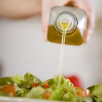 Olja är bra fett, mne ska inte använda i obegränsad mängd, säger Viktklubbs matspanare Maria Nygårds.