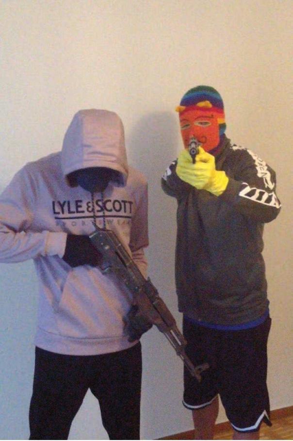 I de misstänktas mobiler fanns bilder på både vapen och pengar.