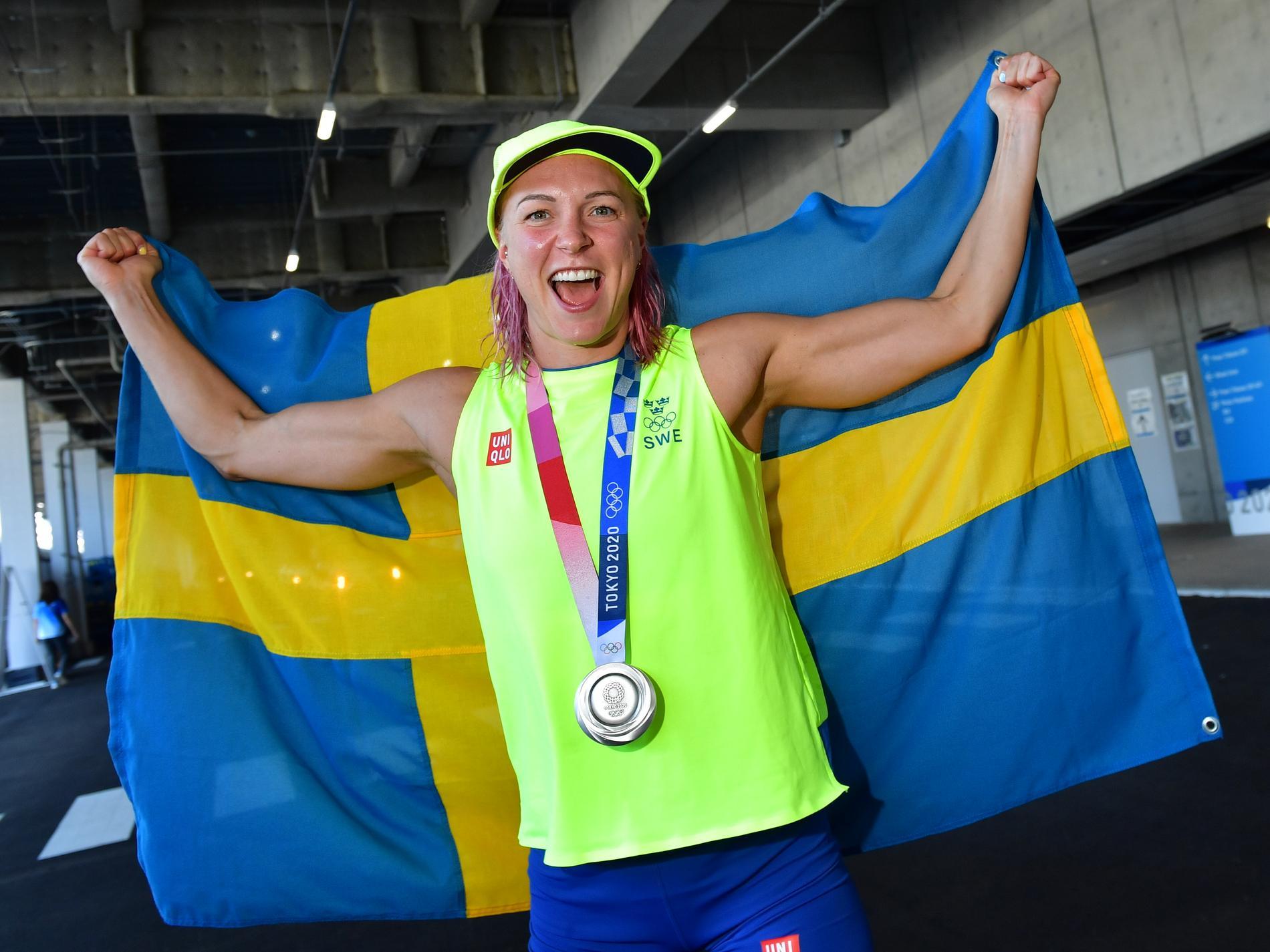 Sarah Sjöström firar silvret på 50 meter frisim.