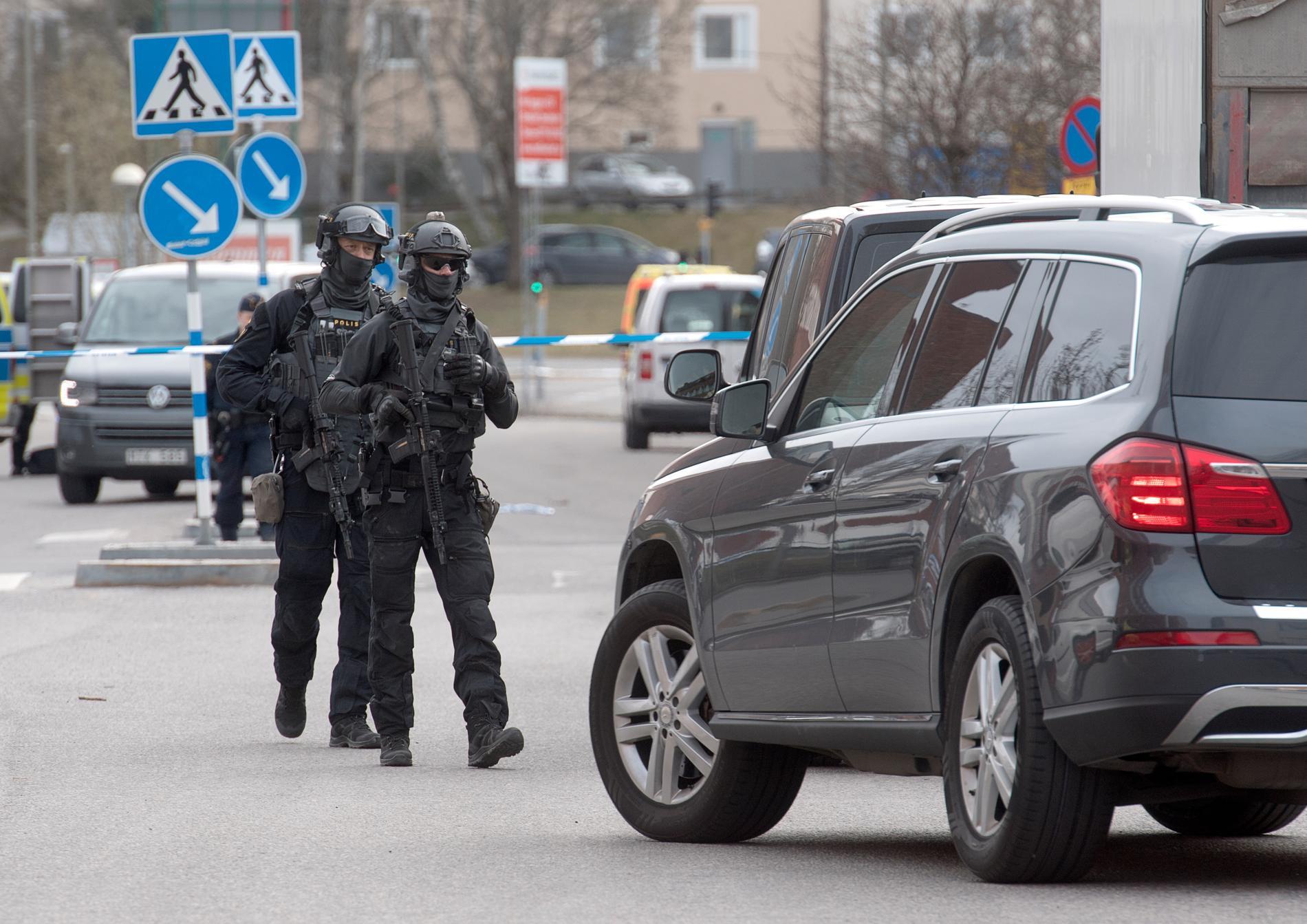 Polisen skickade ut ett stort antal patruller till platsen, däribland insatsstyrkan.