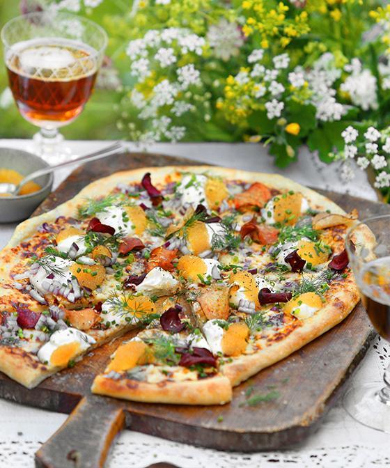 Toppa pizzan med lyxig löjrom och krispiga chips.