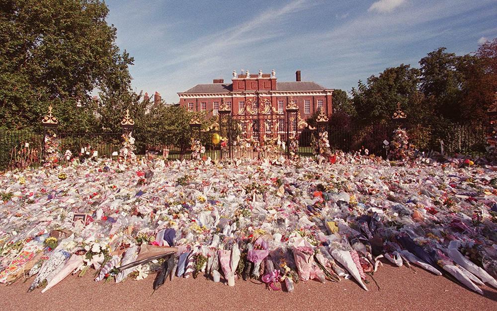 Enorma mängder blommor lämnades utanför Dianas bostad vid Kensington Palace. Likaså vid Buckingham Palce.