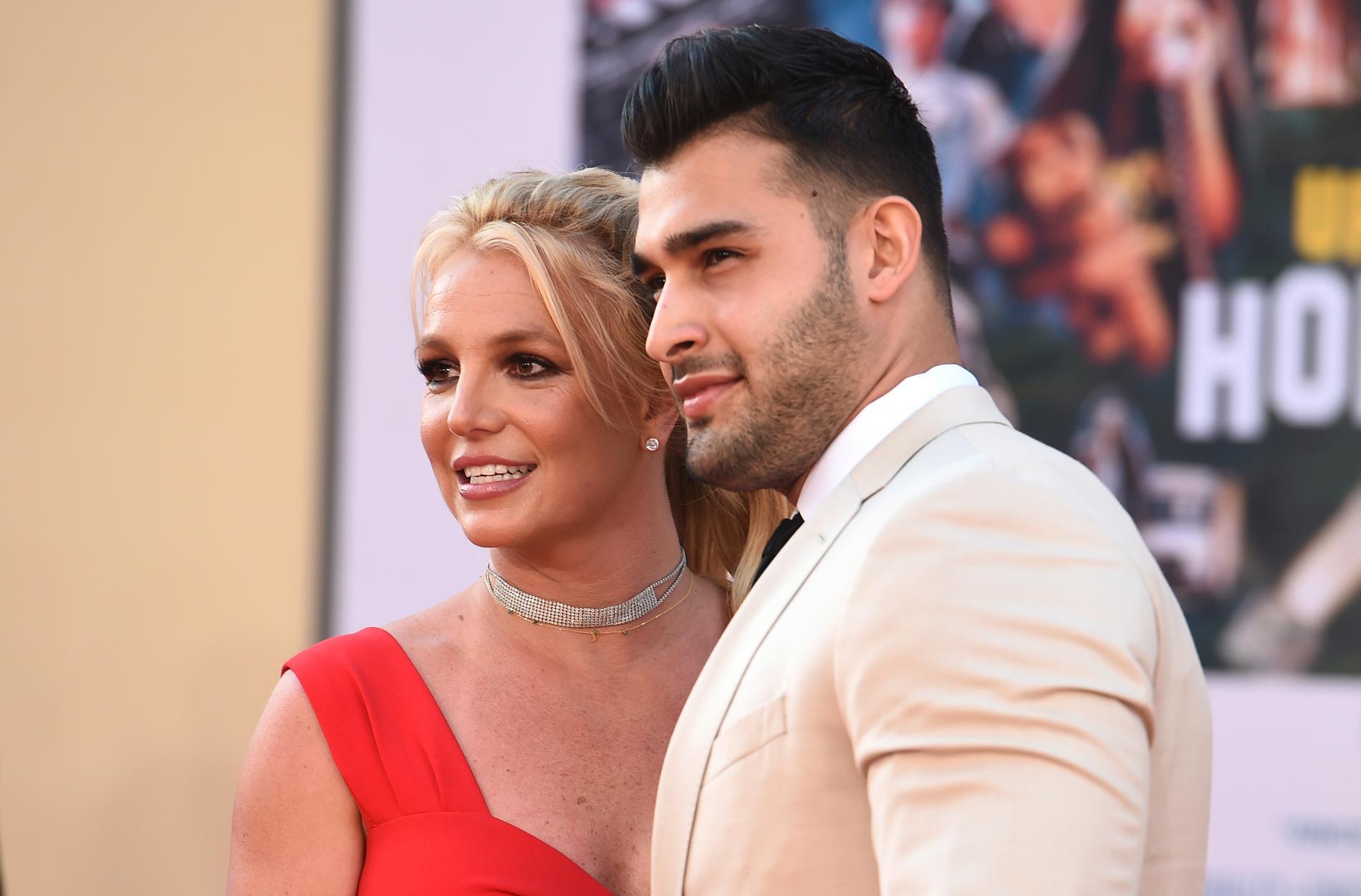 Britney Spears och Sam Asgharis förhållande är under uppsikt, enligt make up-artisten Maxi.