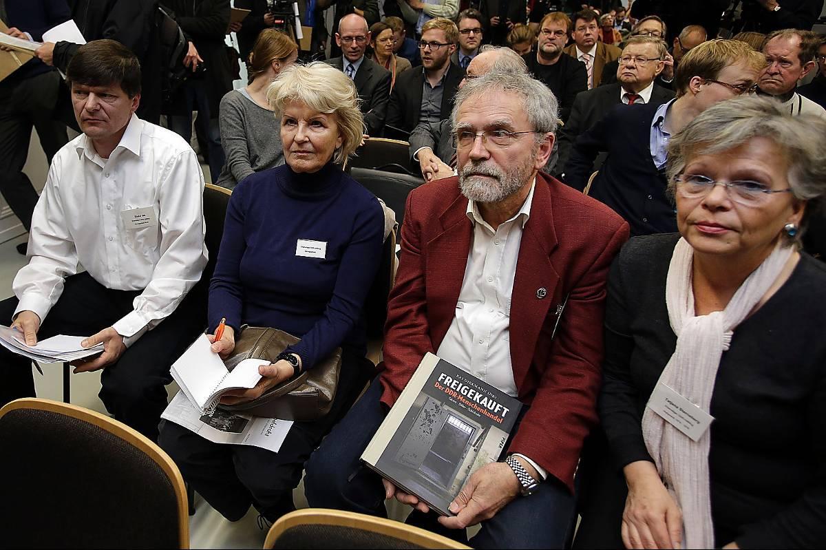 OffrenFöre detta politiska fångar vid Ikeas presskonferens.