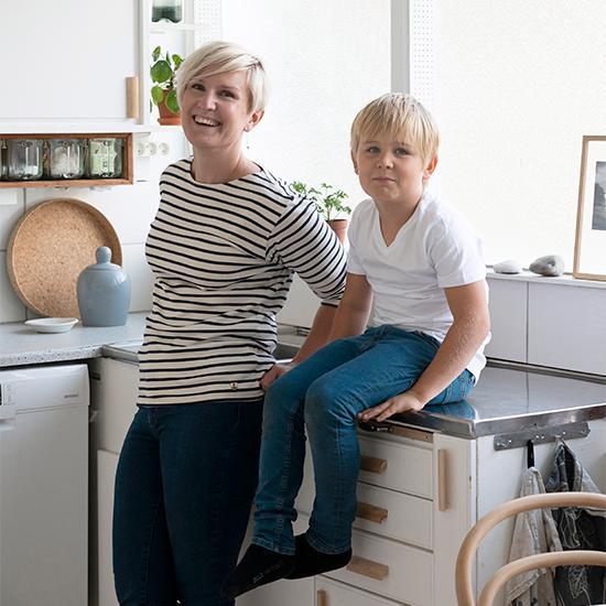 Josefine och sonen Walter stormtrivs i kvarteret, med närhet till såväl kompisar som natur och ett dopp i sjön.