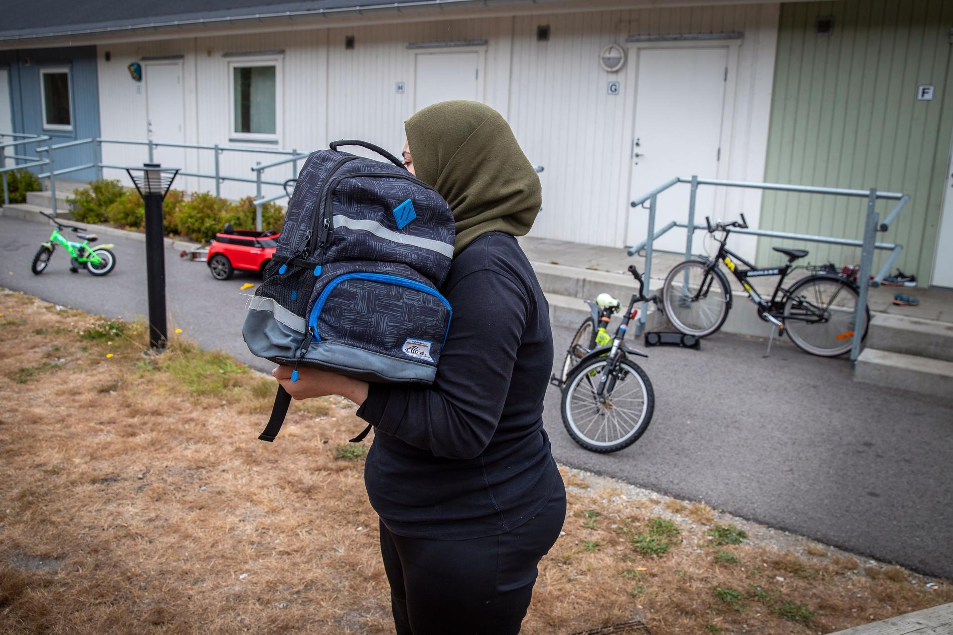Mamman fick tillbaka Rais ryggsäck från skolan. Hon vill gärna hålla i den och tänker på sin son när hon gör det.