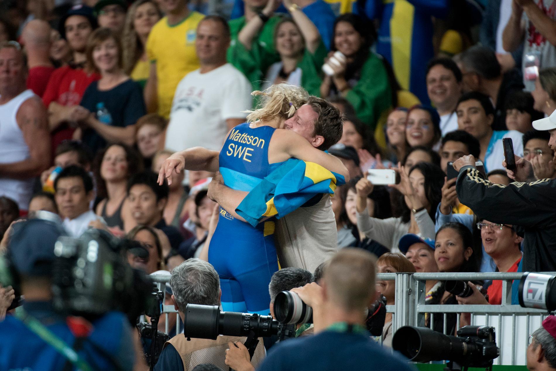 Sofia Mattsson och Robert Rosengren kramas efter bronsmatchen i OS i Rio.