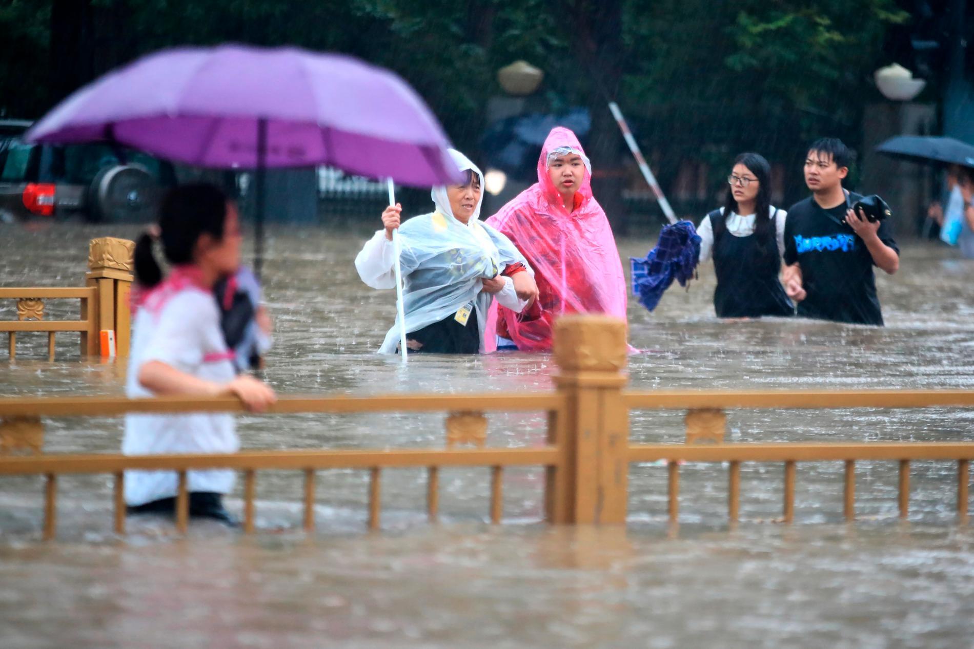 Skyfallen över Zhengzhou har tvingat invånarna till att vada fram på gatorna.