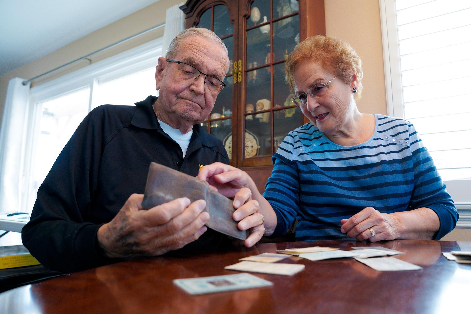 Paul Grisham och hans hustru Carole Salazar går igenom innehållet i plånboken som tappades bort på Antarktis 1968.