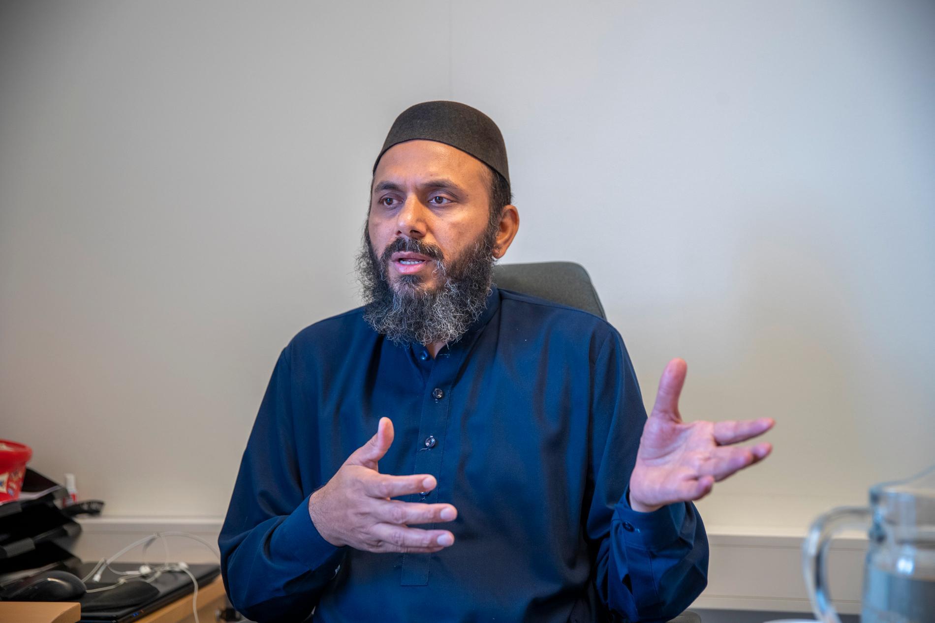 Imam  Rizwan Ahmad Afzal påpekar att Islam inte förespråkar våld. Han kan tänka sig att förklara innehållet i Koranen för den danske politikern Rasmus Paludan.
