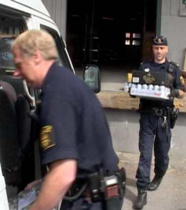 polisen tvekade - och slog till TV4 Västerbotten ville testa polisens inställning till sprit beställd på internet. I början visste inte polisen själva vad de skulle göra. Men till slut slog de till.