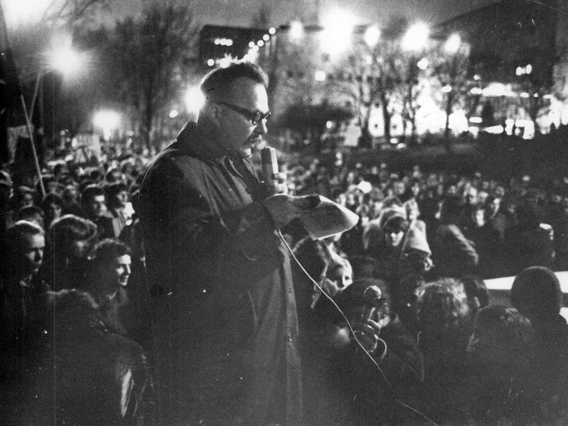 Jan Myrdal på opinionsmöte utanför amerikanska ambassaden i Stockholm 1972.