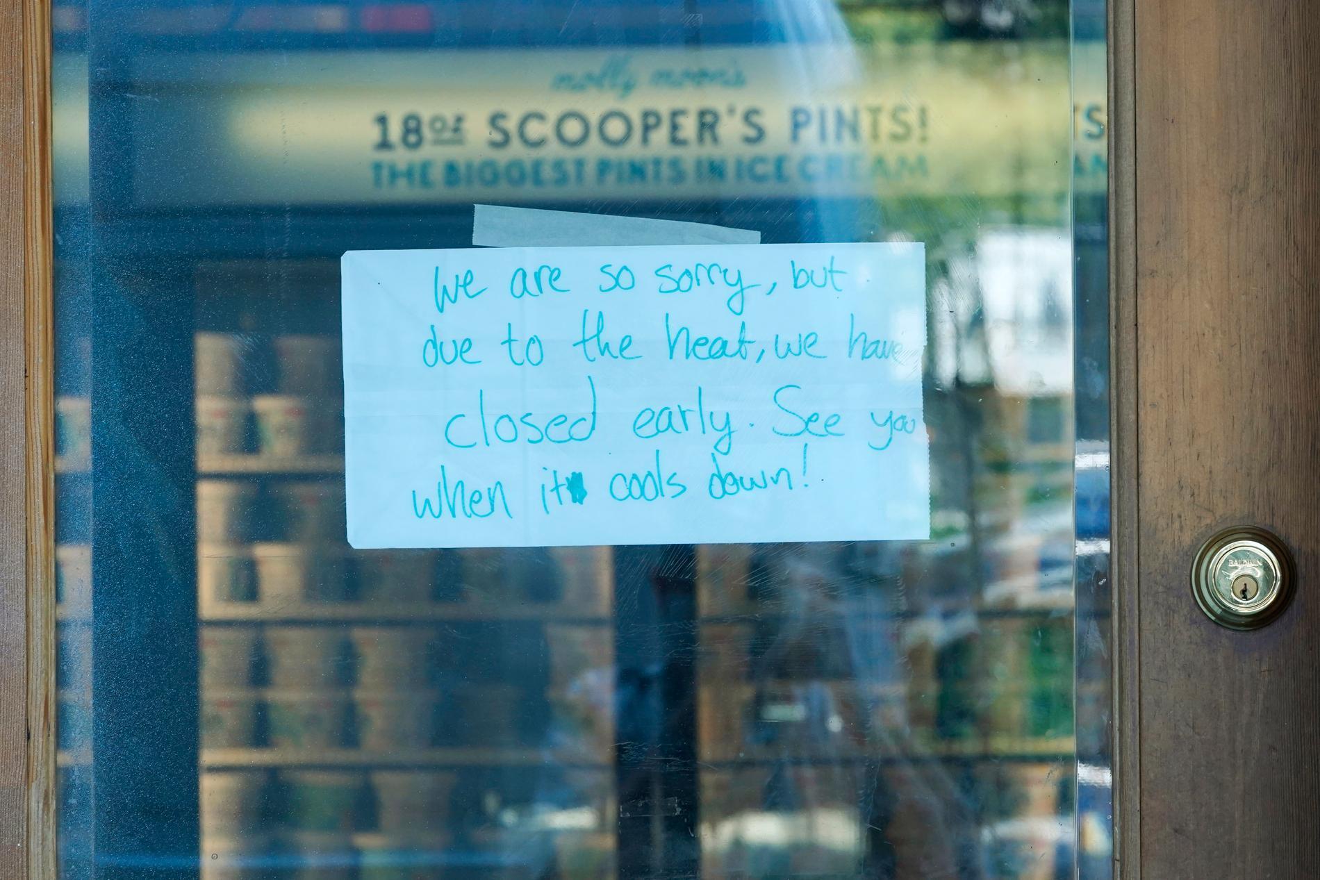En lapp på dörren till en glassbutik i Seattle med meddelande om att de har stängt på grund av värmen.