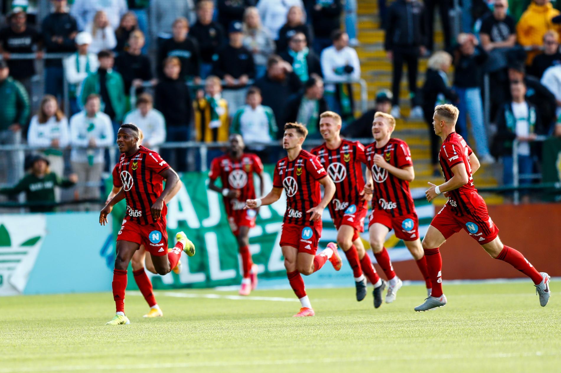 Östersundsspelare jublar efter att Patrick Kpozos 1–0-mål.