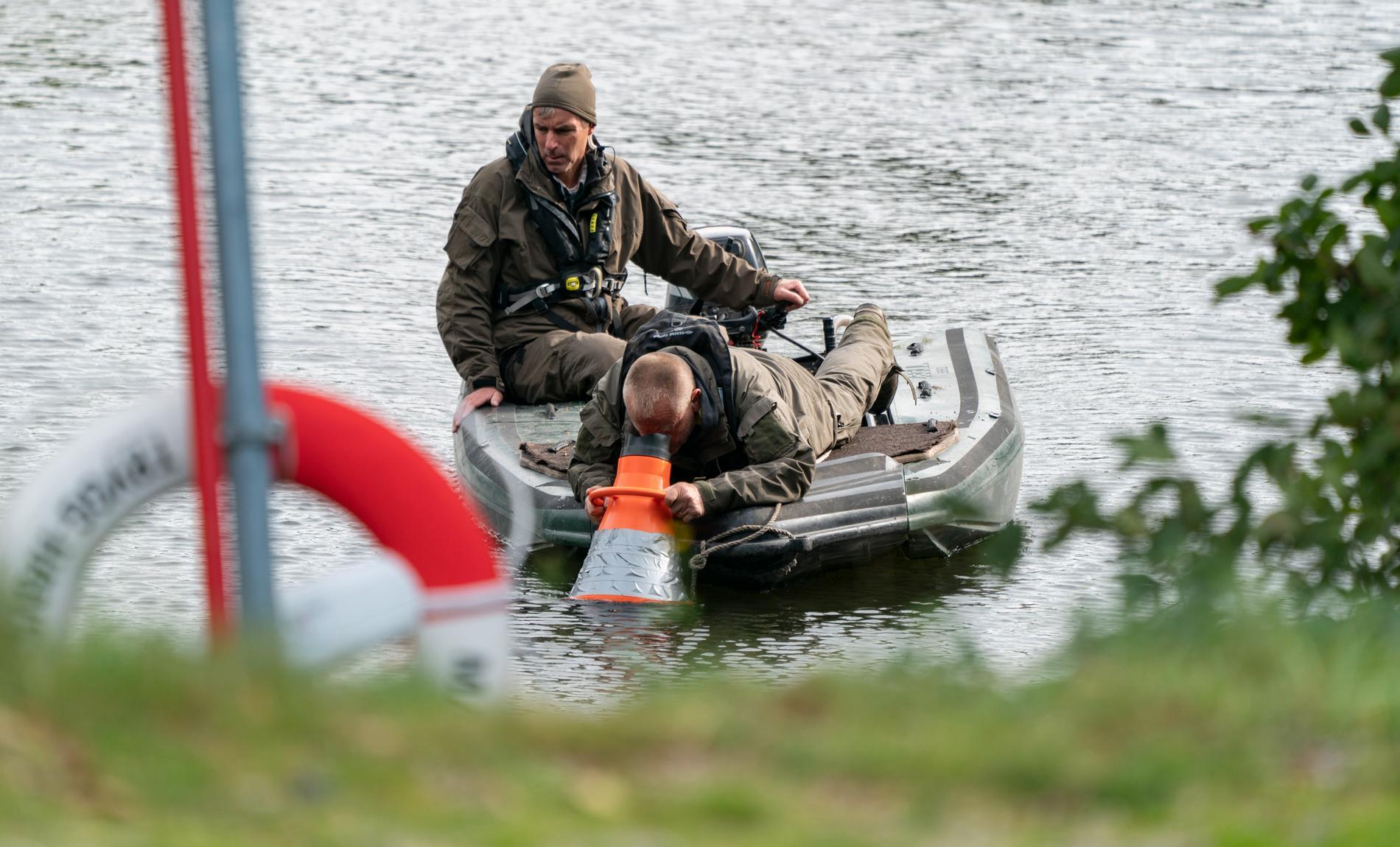 Polisen söker av en damm utanför Oxie som varit avspärrad sedan måndagseftermiddagen. Polisens kriminaltekniker och hundförare finns på plats tillsammans med helikopter och ett stort antal polispatruller.