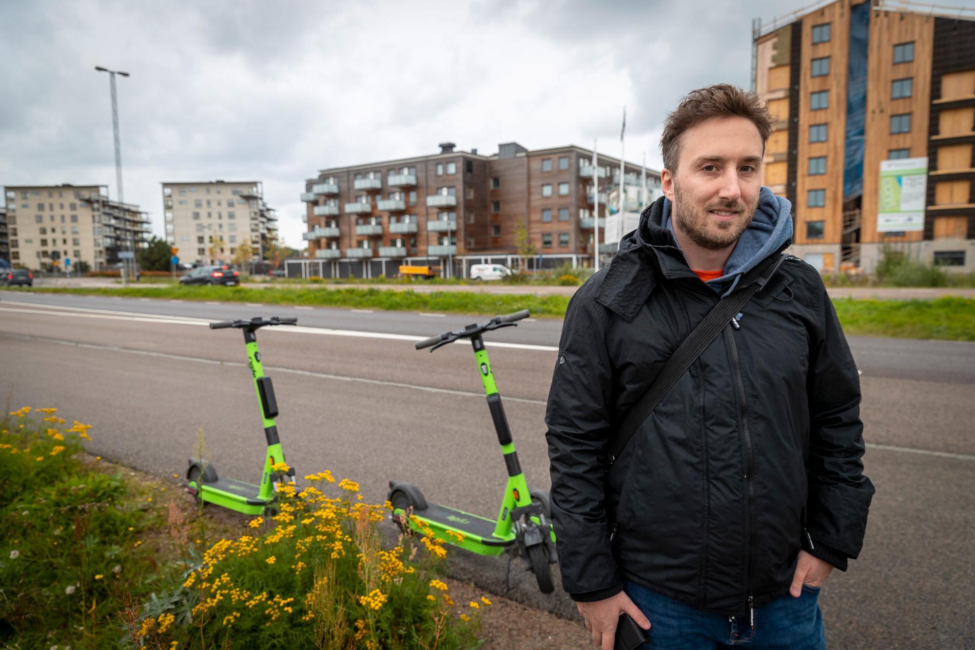 Carl Cronholm är positiv till de nya elsparkcyklarna.