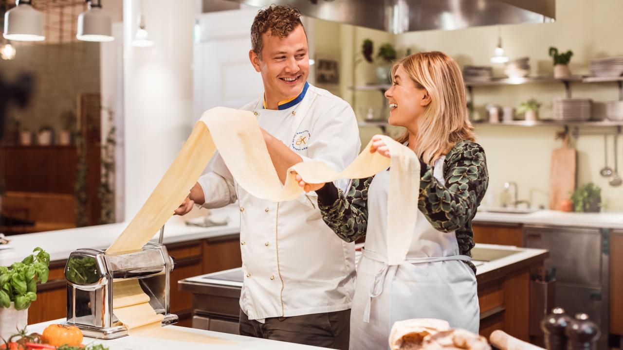 """Thomas Sjögren och Pernilla Wahlgren i """"Yes chef!"""""""