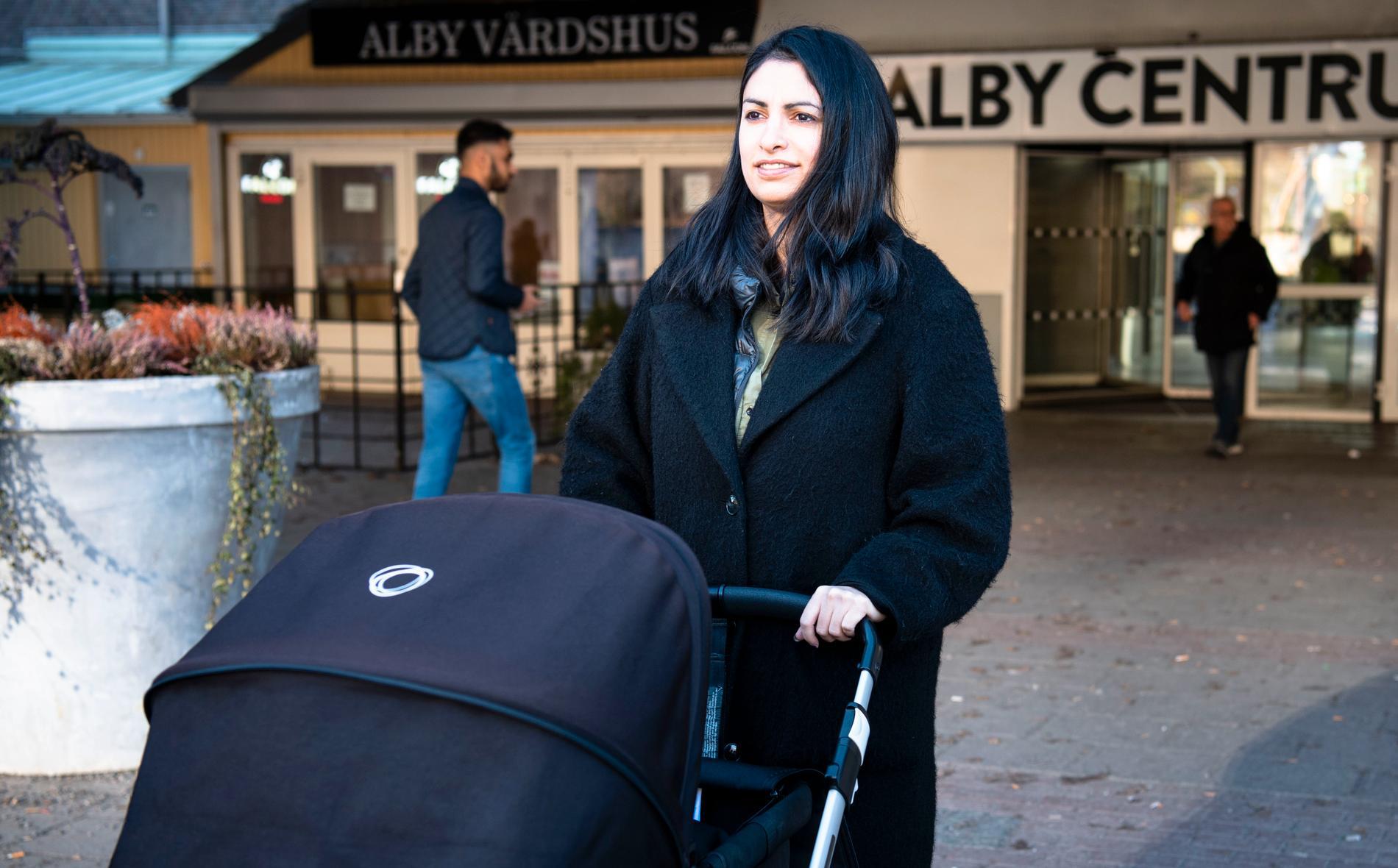 Nooshi Dadgostar i Alby där hon blev känd som förkämpe mot planerade lägenhetsförsäljningar.