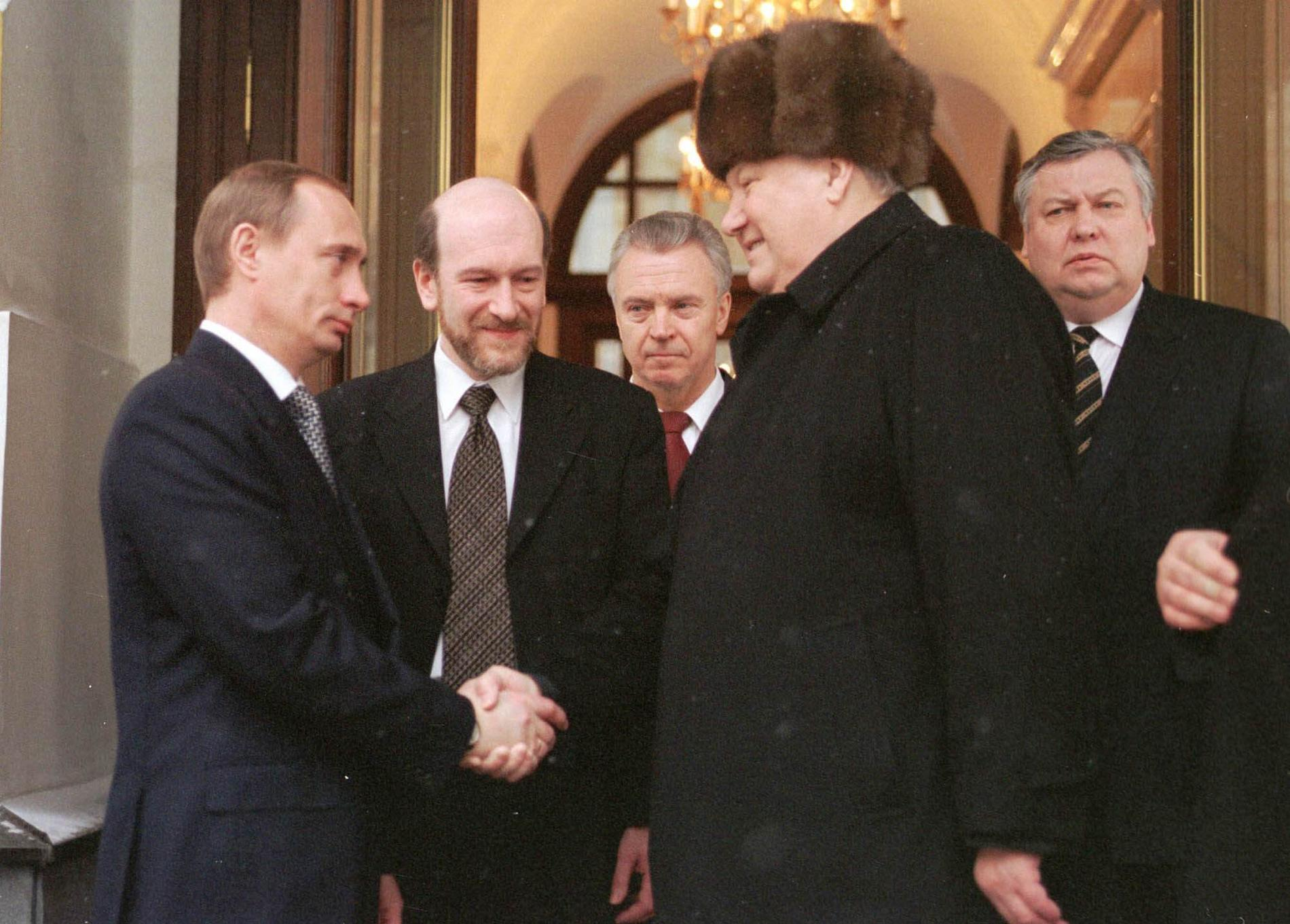 Putin skakar hand med Jeltsin, samma dag som Jeltsin avgår 1999.