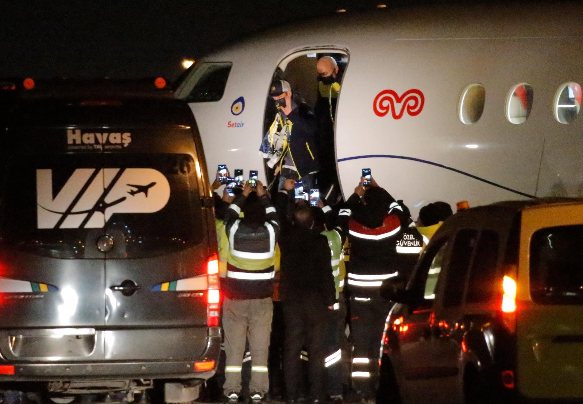 Intresset var massivt när Özil flög till Istanbul för att slutföra flytten.