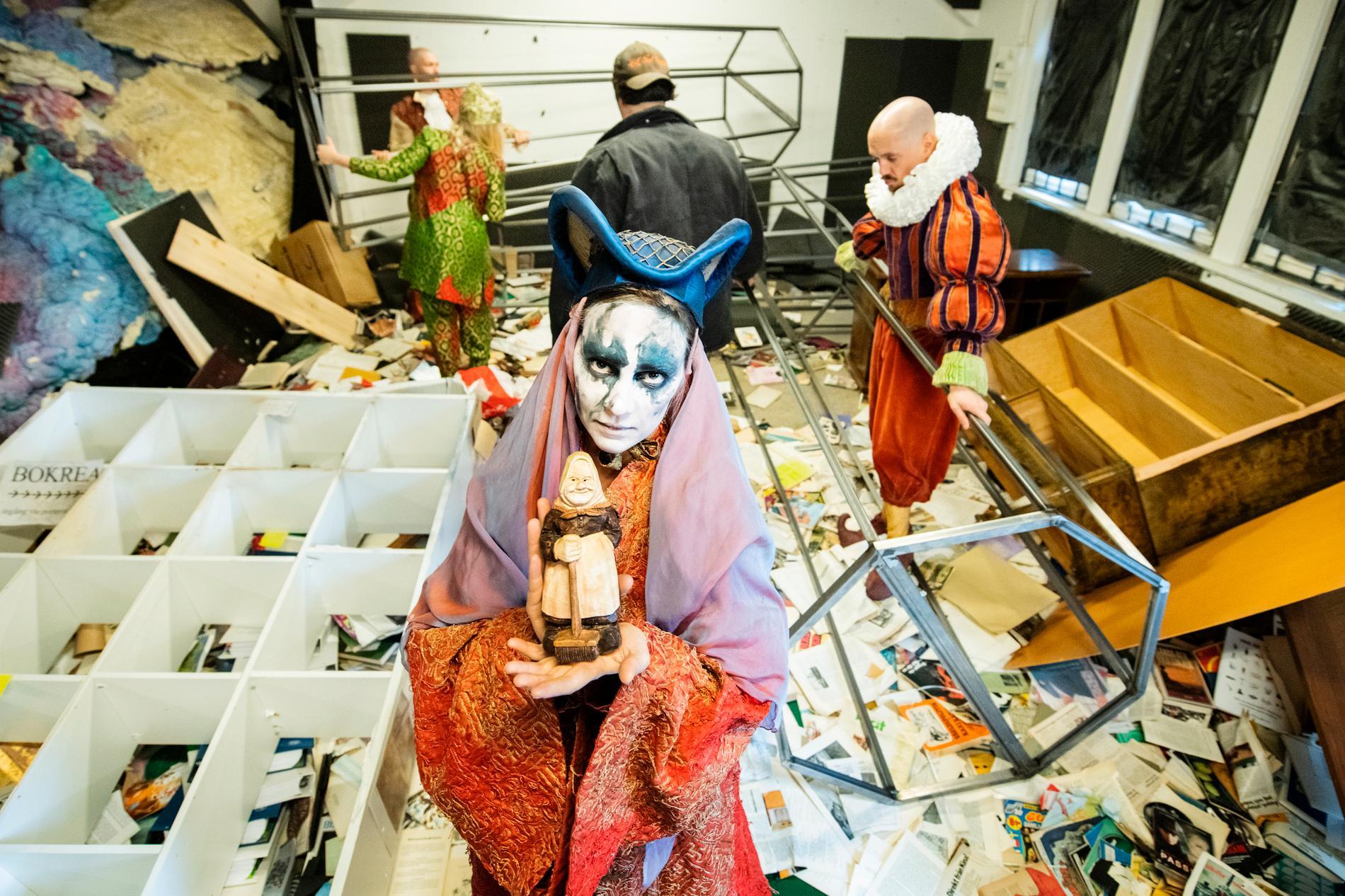 """Victoria Dyrstad. I bakgrunden Anton Hellström, Hilda Krepper, Filip Aladdin och Adam Axelsson i Shakespeares """"Stormen"""" på Göteborgs stadsteater."""