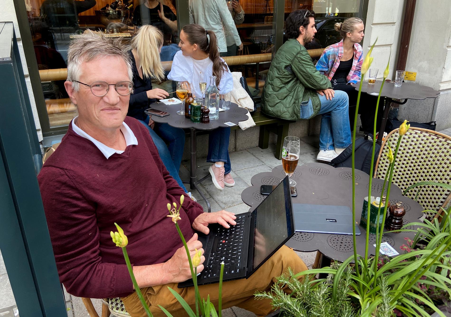 Statsepidemiolog Anders Tegnell på uteservering under våren.