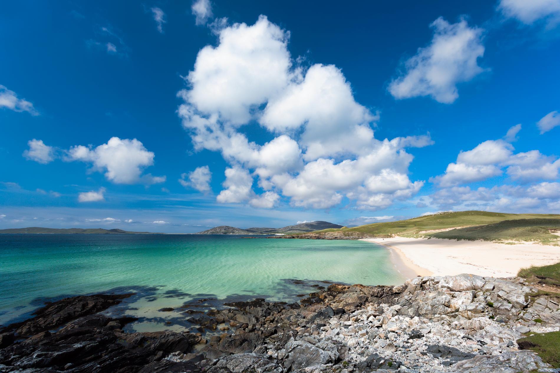 Tre miljarder år gamla klippor finns på Isle of Harris.