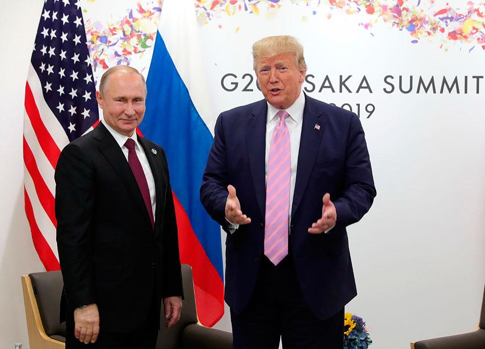 Rysslands Vladimir Putin och USA:s Donald Trump på G-20-mötet i Osaka, Japan 2019.